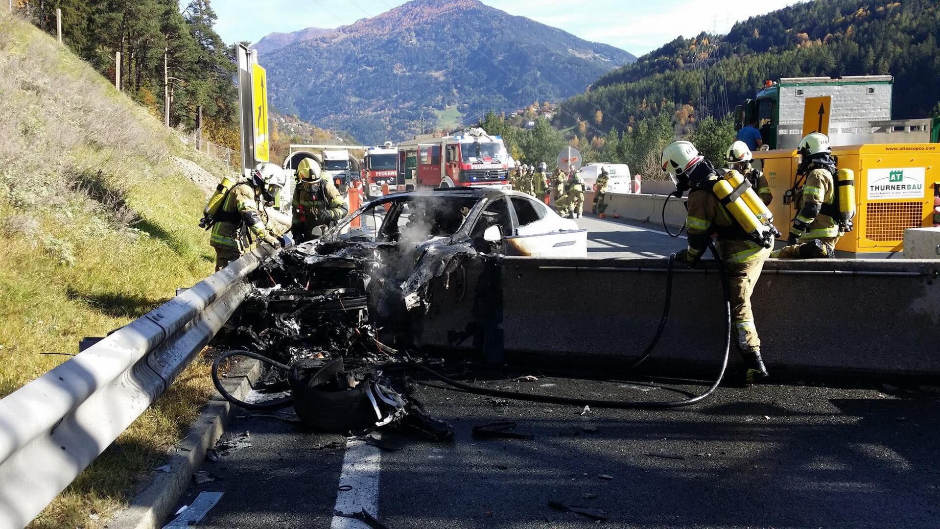 Сгоревший электромобиль Tesla Model S, который врезался в бетонный строительный барьер в Австрии