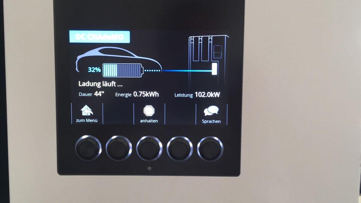 Nissan Leaf на 60 кВт⋅чзаряжается от быстрого зарядного устройства CHAdeMO с мощностью 102 кВт