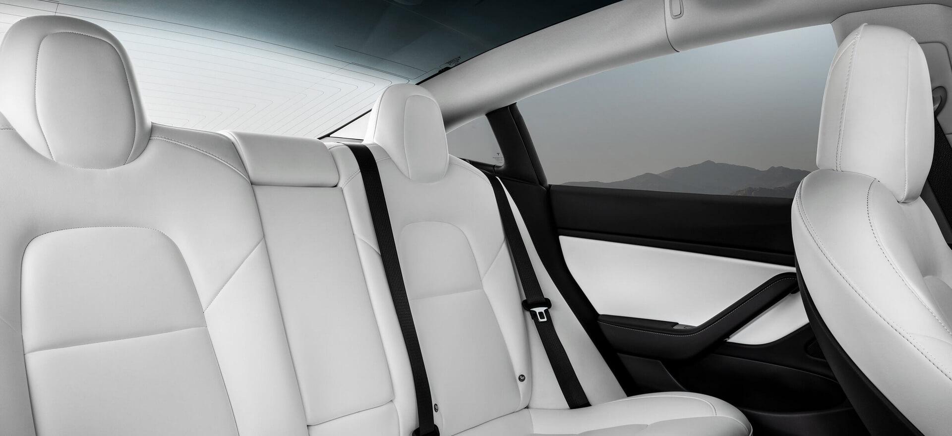 Задний ряд сидений Tesla Model3 Performance с белыми сидениями