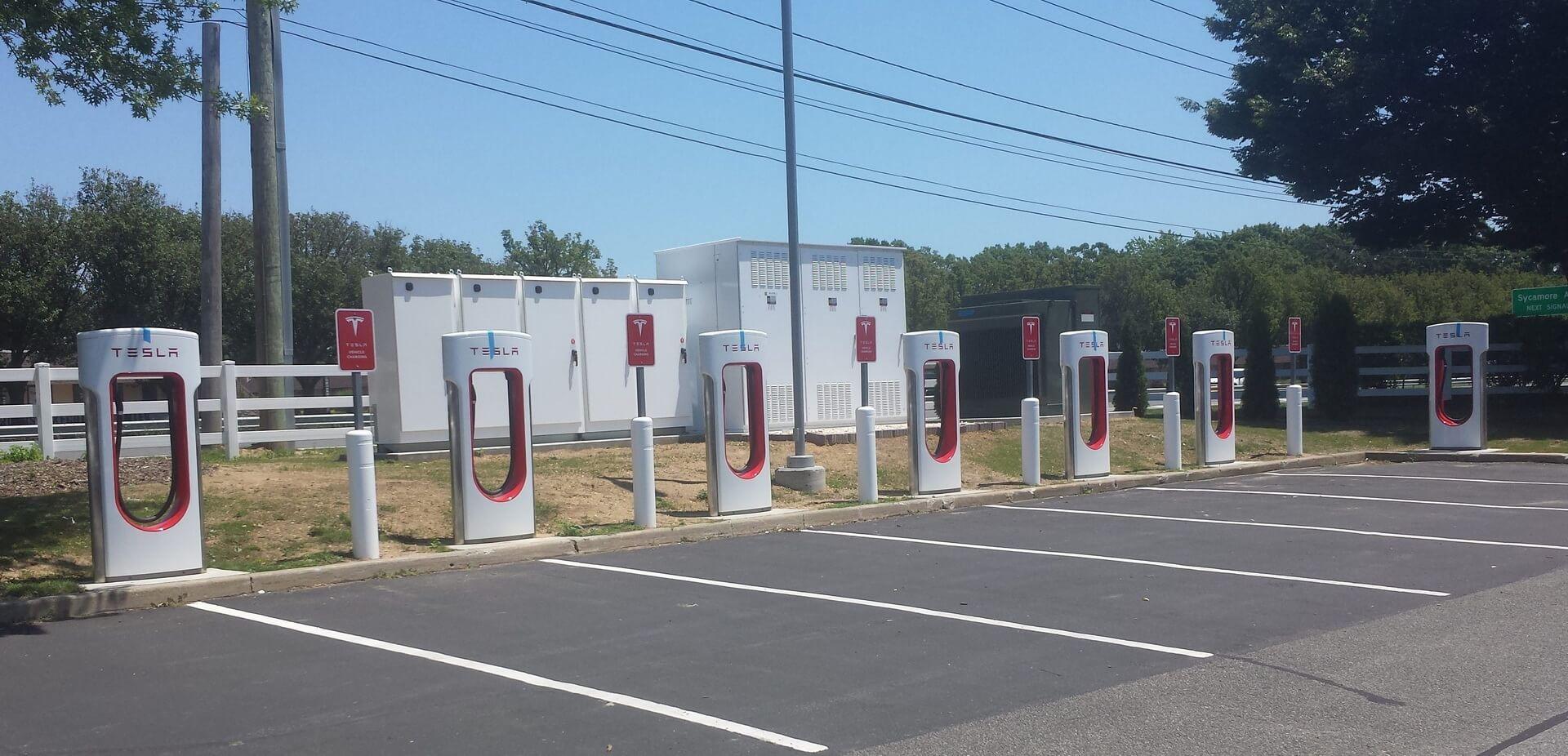 Одна из новых станций Tesla Supercharger в Лонг-Айленде, Нью-Йорк