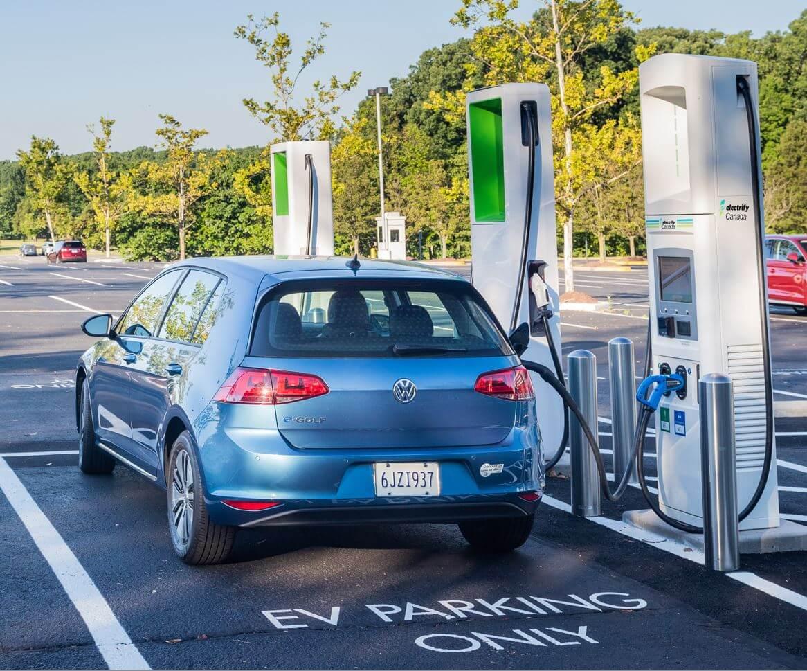 Volkswagen e-Golf на зарядной станции «Electrify America»