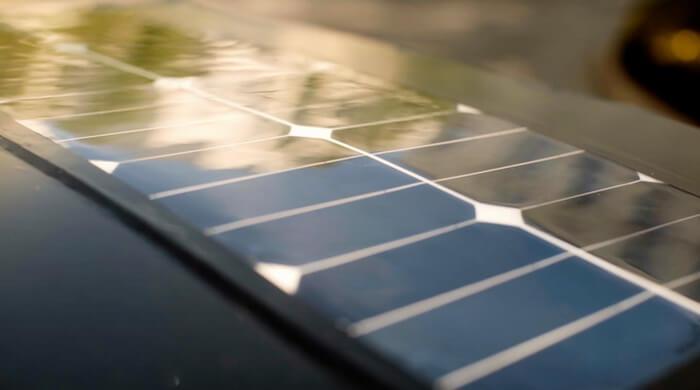 Солнечная панель на крыше автомобиля iEV X