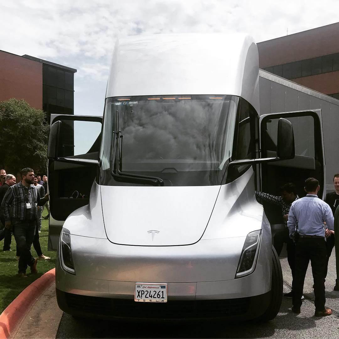 Tesla Semi у компании грузоперевозчика JBHunt