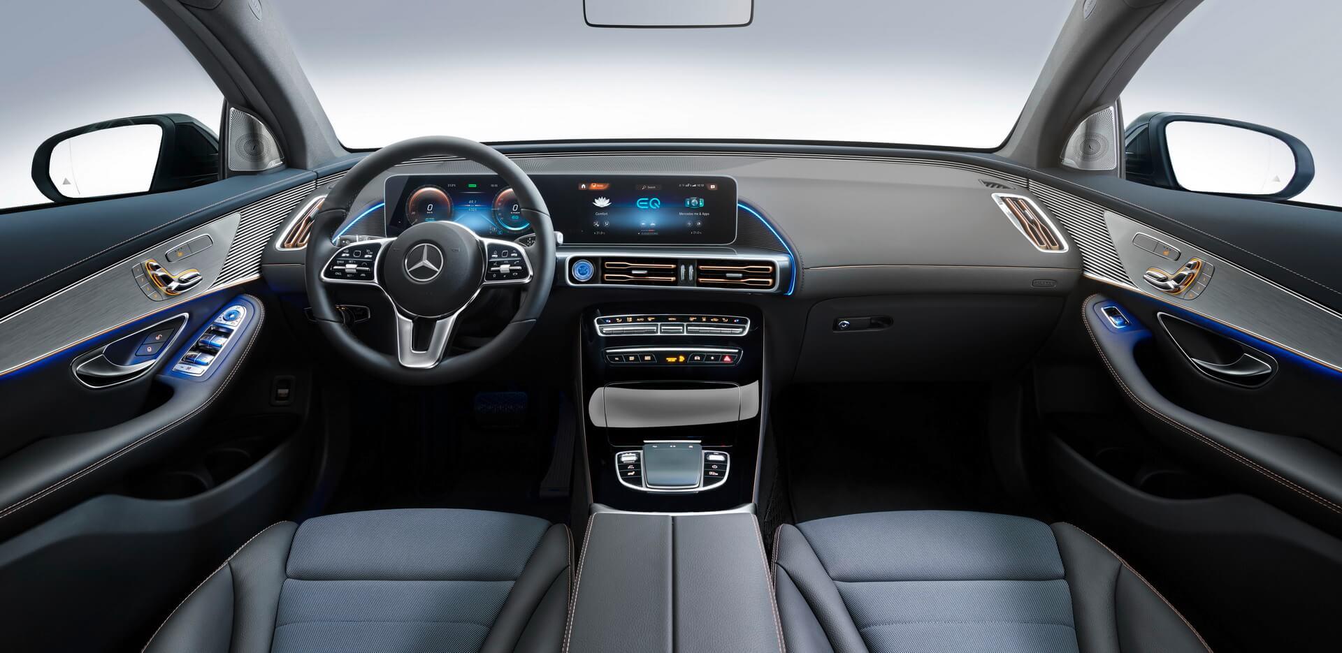 Интерьер электрического кроссовера Mercedes-Benz EQC