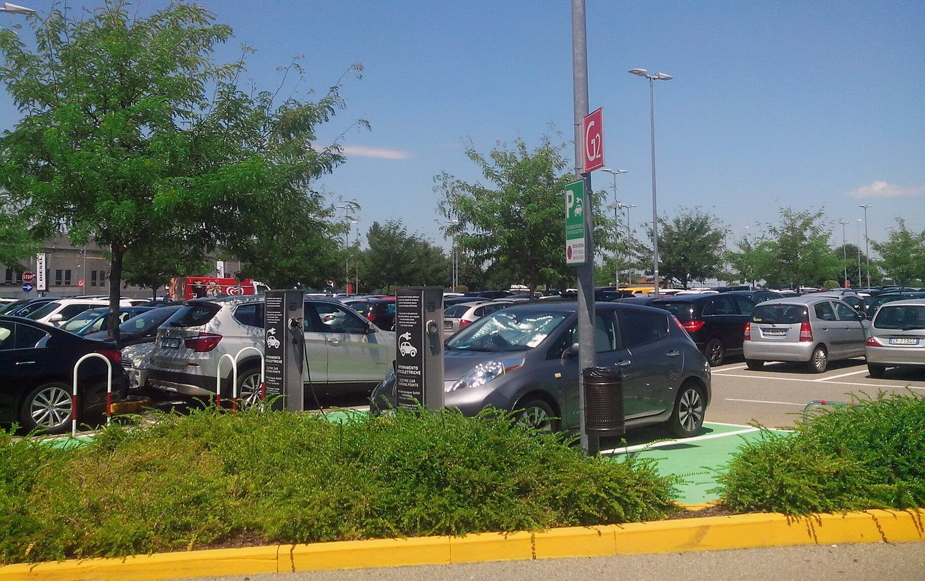 Зарядка Nissan Leaf в аутлет містечку Seravalle Designer Outlet