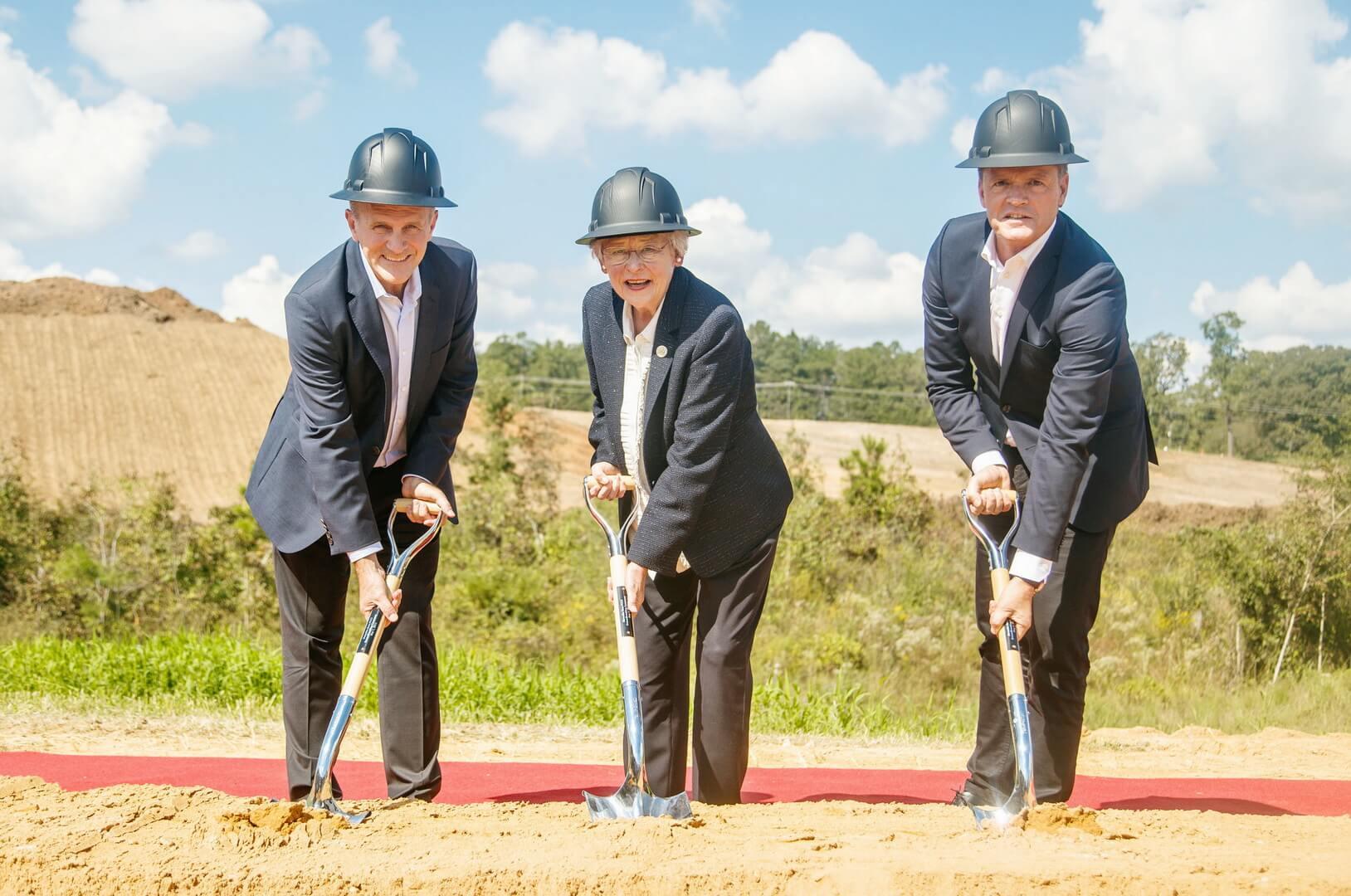 Церемония открытия строительства фабрики по производству батарей для электромобилей