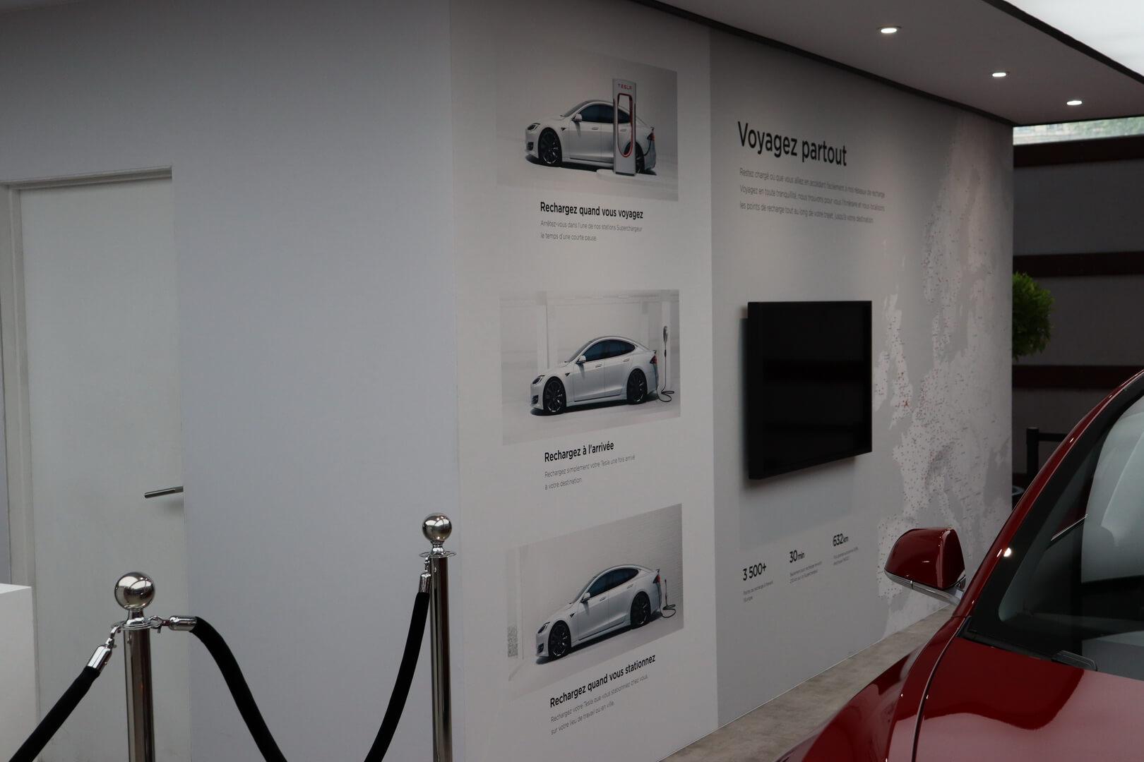 Стенд Tesla на Парижском автосалоне