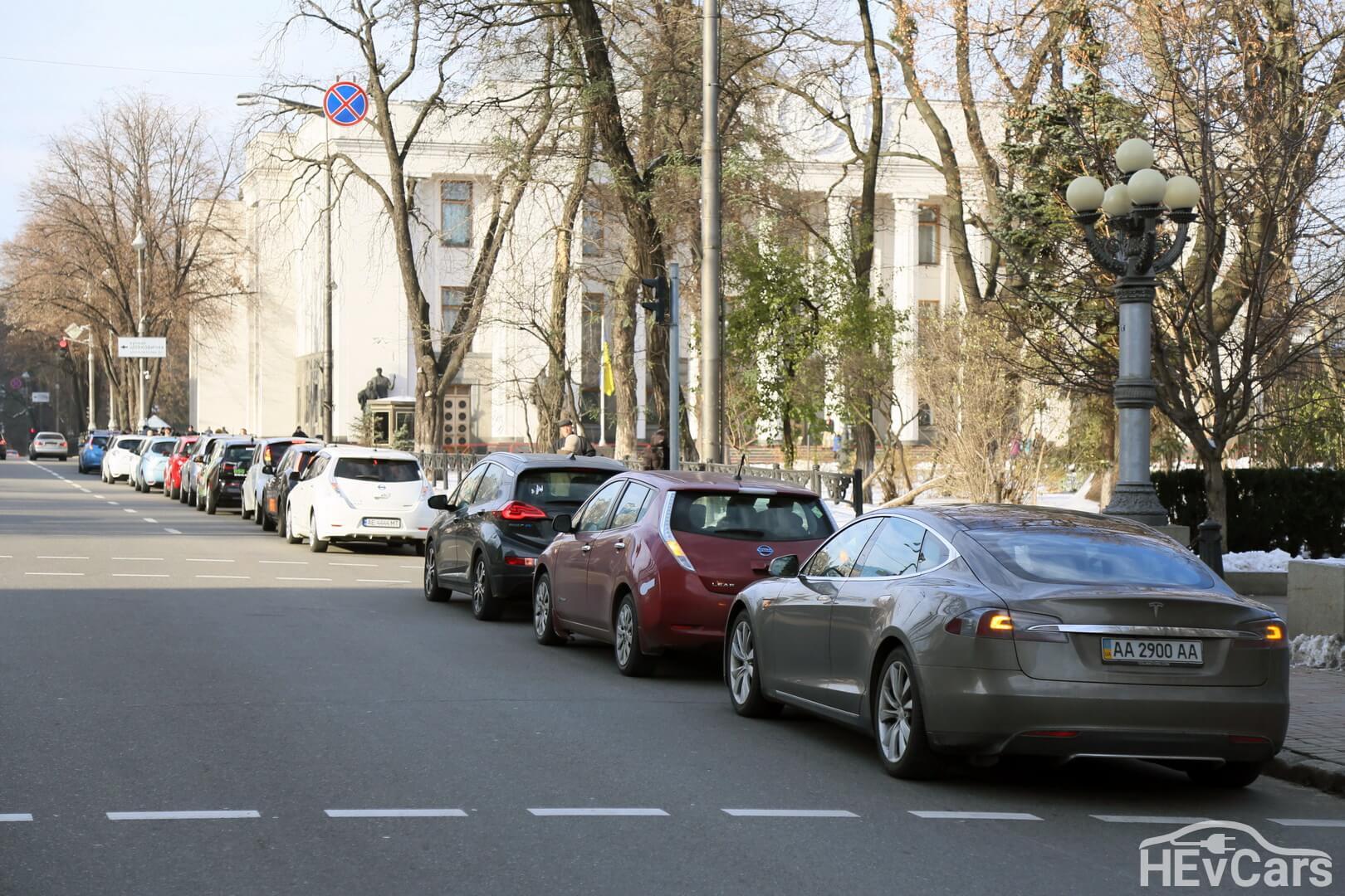 Электромобили возле Верховной Рады Украины в рамках пробега «ПДВнаПовітря»