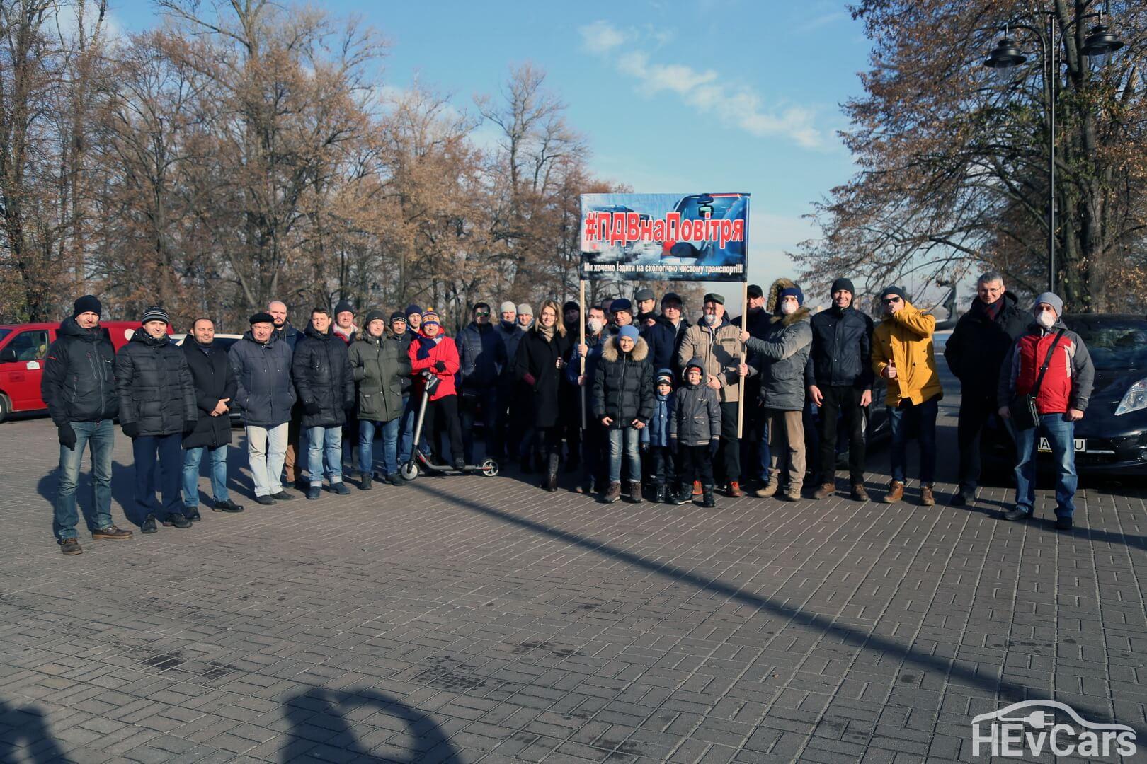 Сбор электромобилистов для пробега в Киеве возле памятника основателям Киева