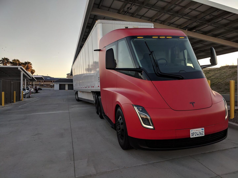 Электрический грузовик Tesla Semi замечен вкрасном цвете