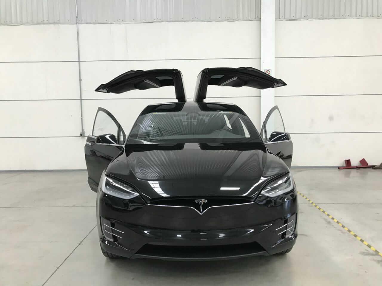 В Мексике представили бронированную Tesla Model X