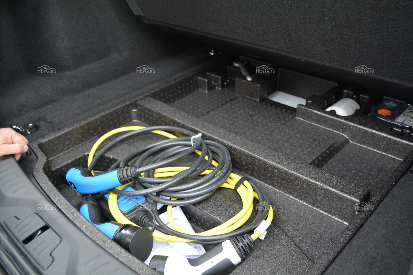 Электромобиль Jaguar I-Pace комплектуется двумя штатными зарядными устройствами