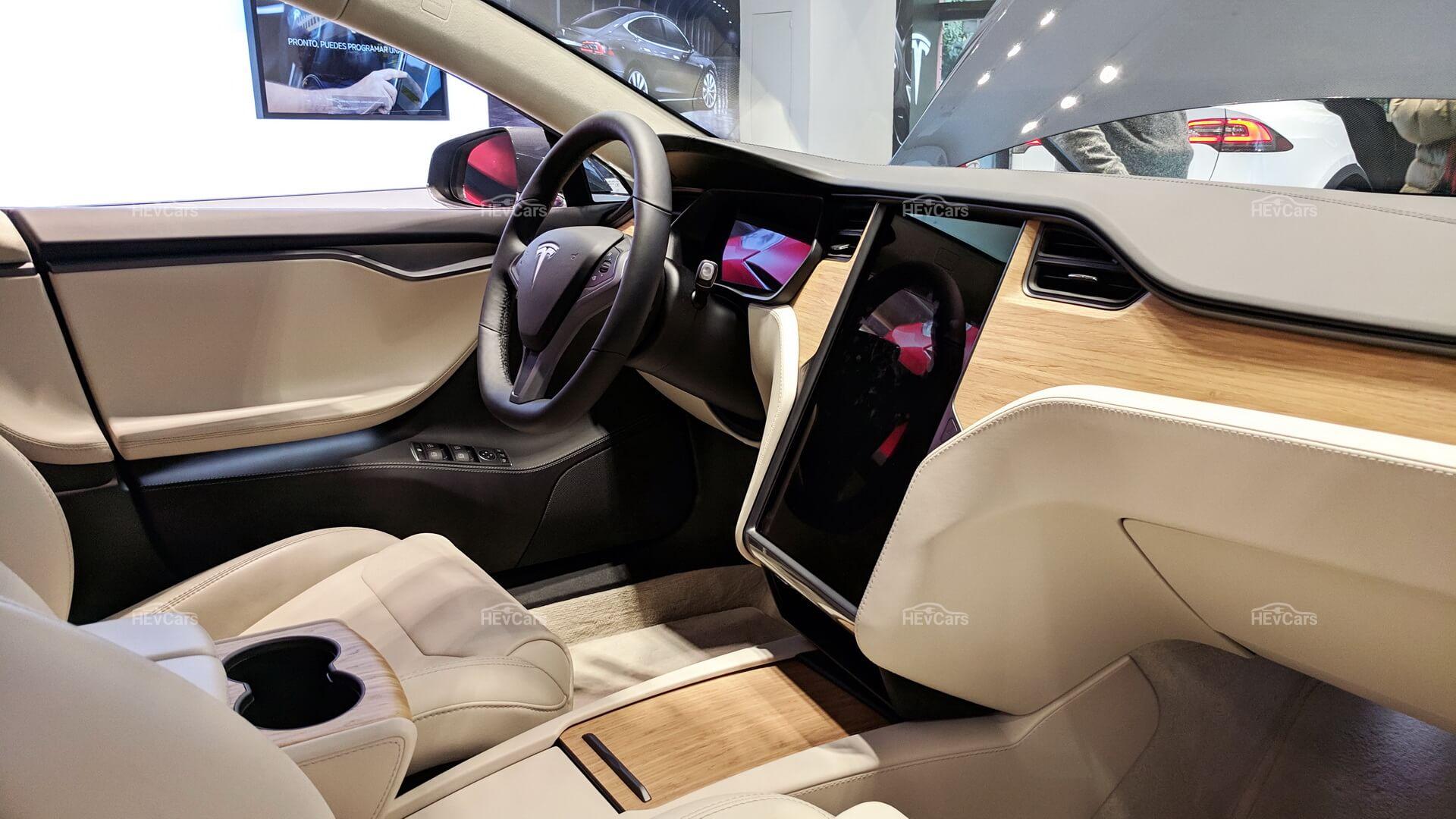 Текущий интерьер Tesla Model S
