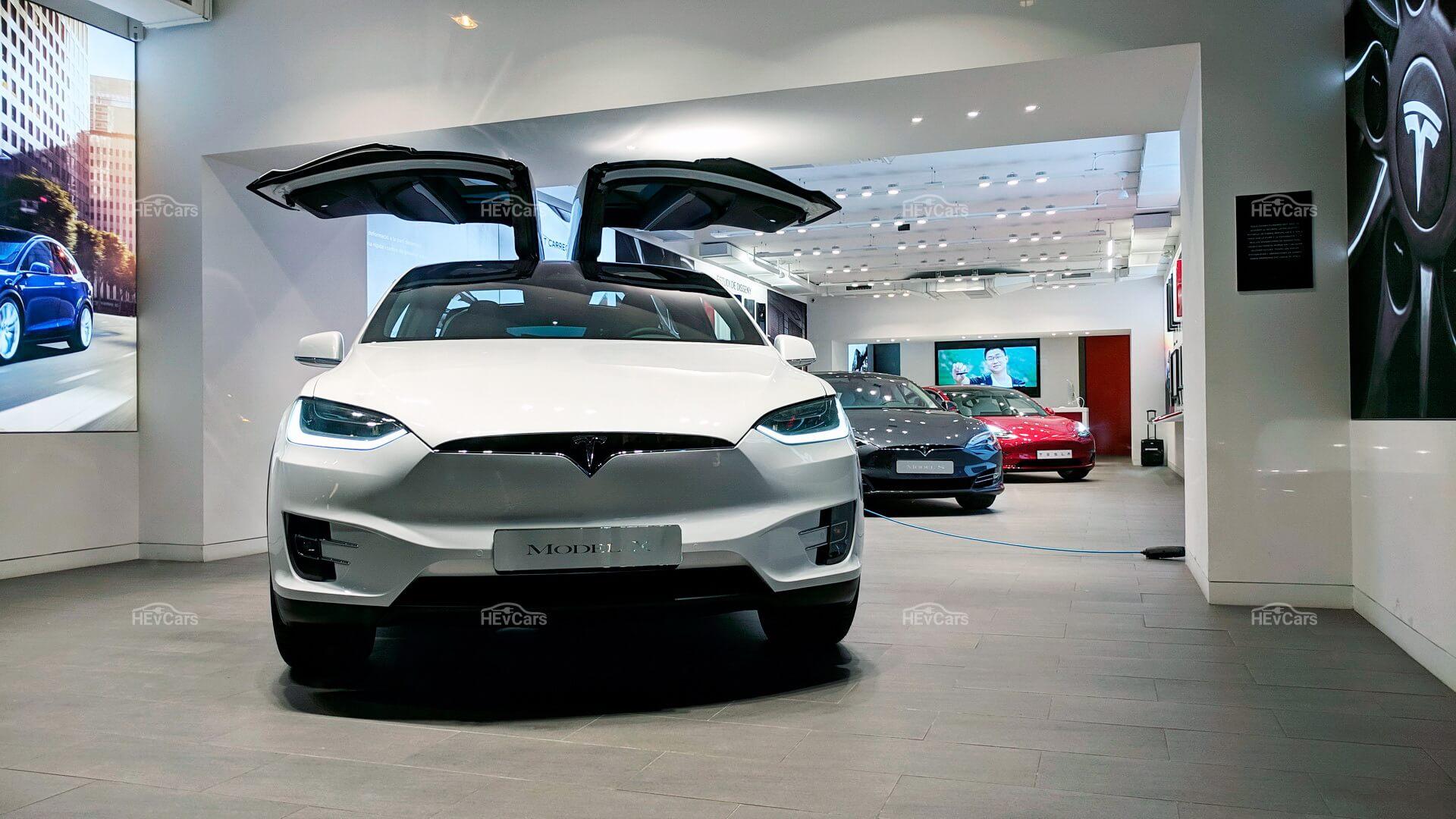 Один из выставочных залов Tesla в центре Барселоны