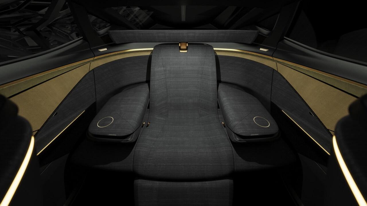 Странная трехрядная схема расположения сидений, в которой используются два убираемых сиденья сзади и кресло большего размера перед ними