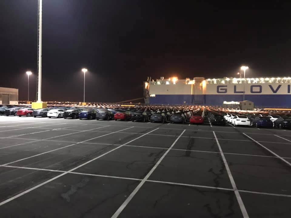 Электромобили Tesla Model 3 на стоянке в порту Сан-Франциско