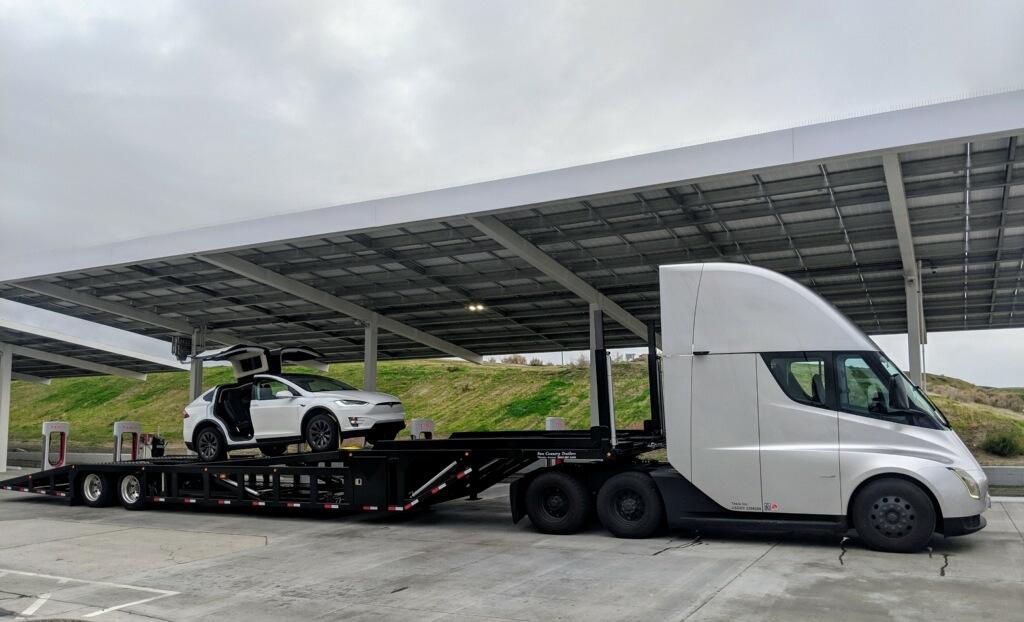 ModelX наприцепе тягача электрогрузовика Tesla Semi