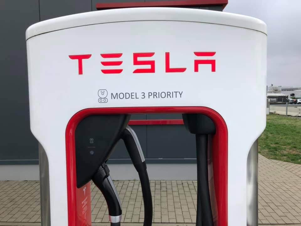 Tesla Supercharger с двойной зарядкой, обозначенный как «MODEL 3 PRIORITY»