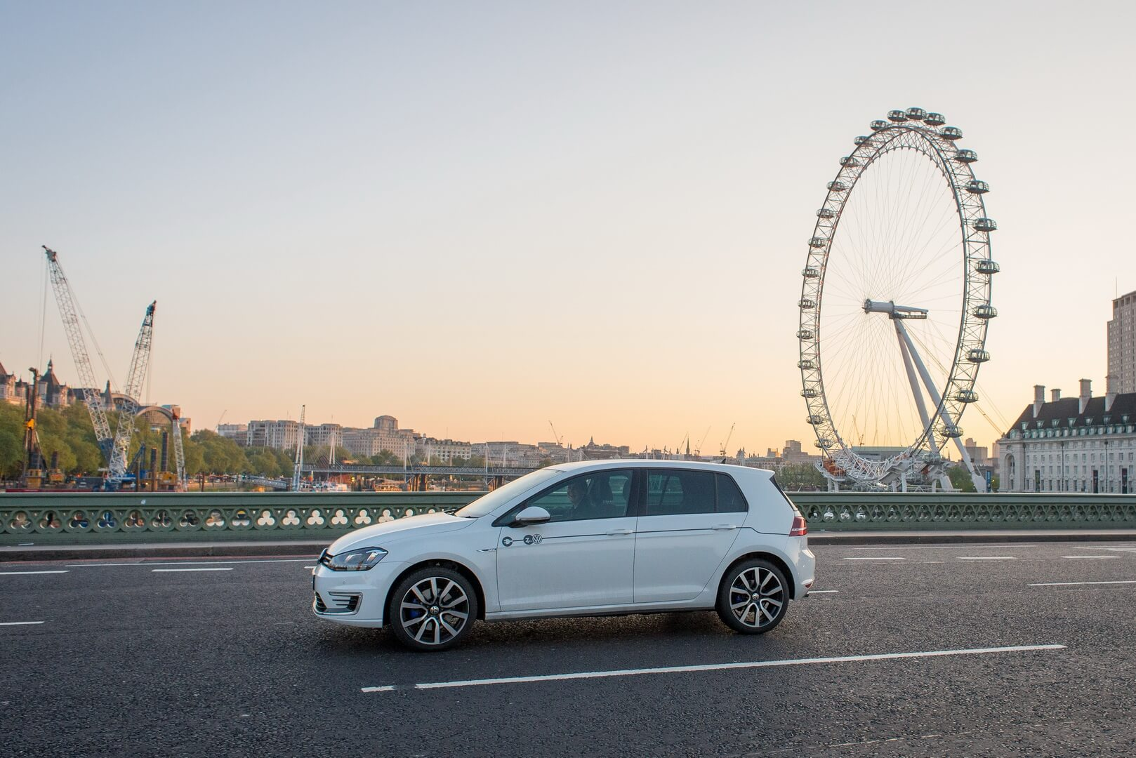 Электромобиль Volkswagen e-Golf в услугах каршеринга