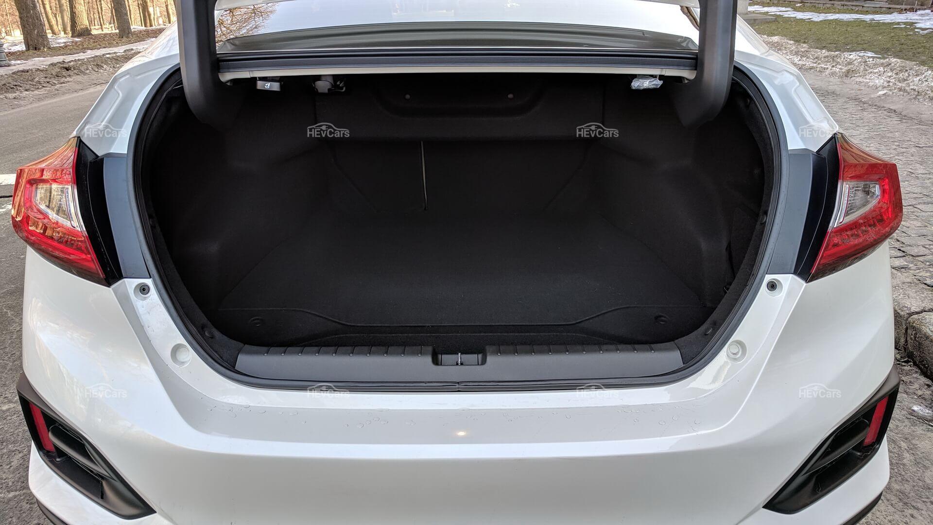 Honda Clarity имеет один изсамых больших багажников вклассе