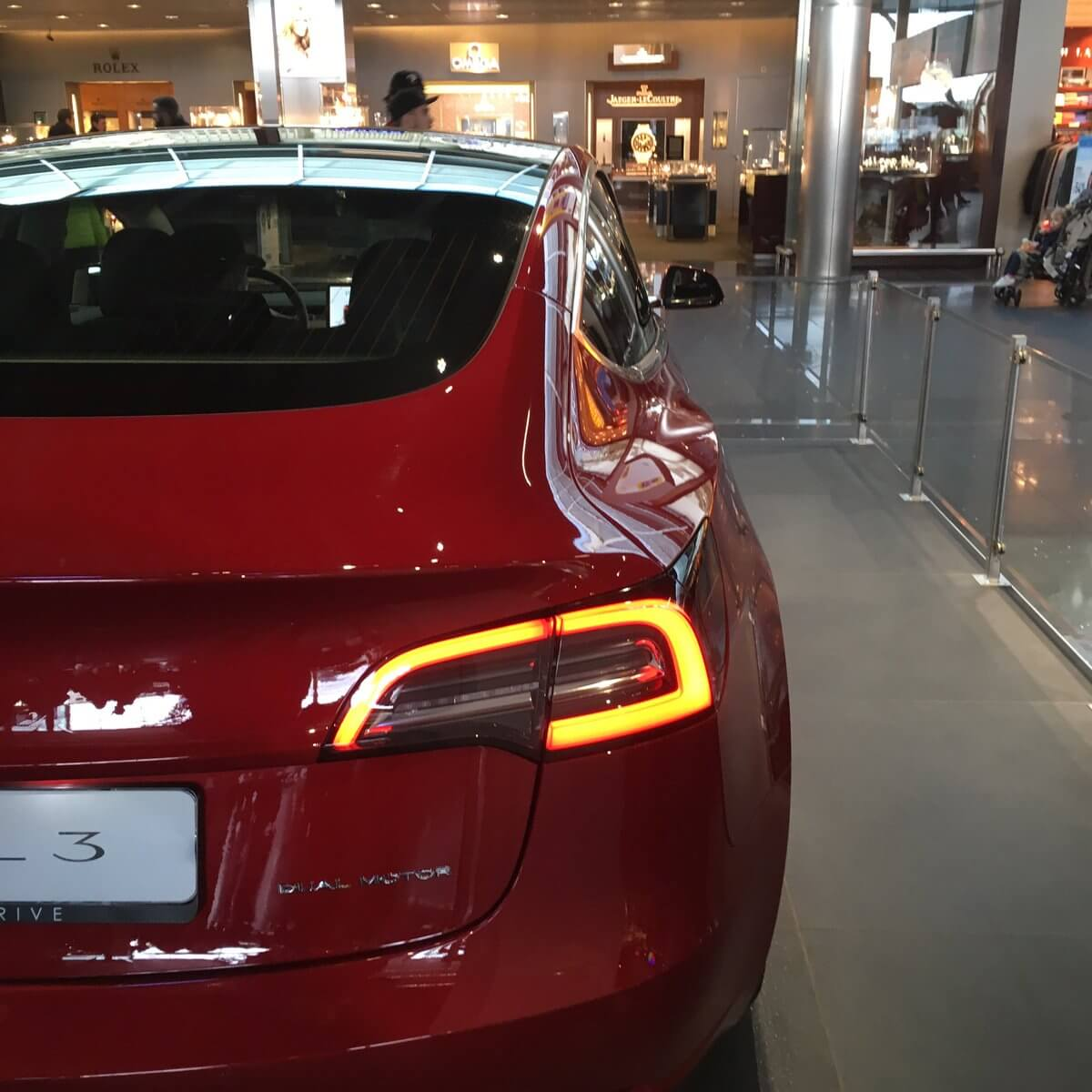 Tesla Model 3 в аэропорту Схипхол вАмстердаме