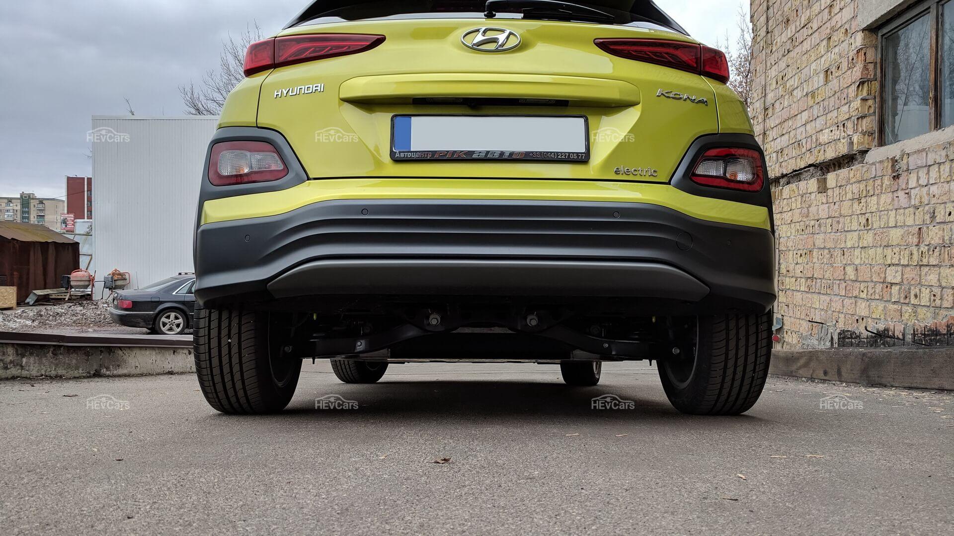 Электромобиль Hyundai Kona Electric - вид сзади
