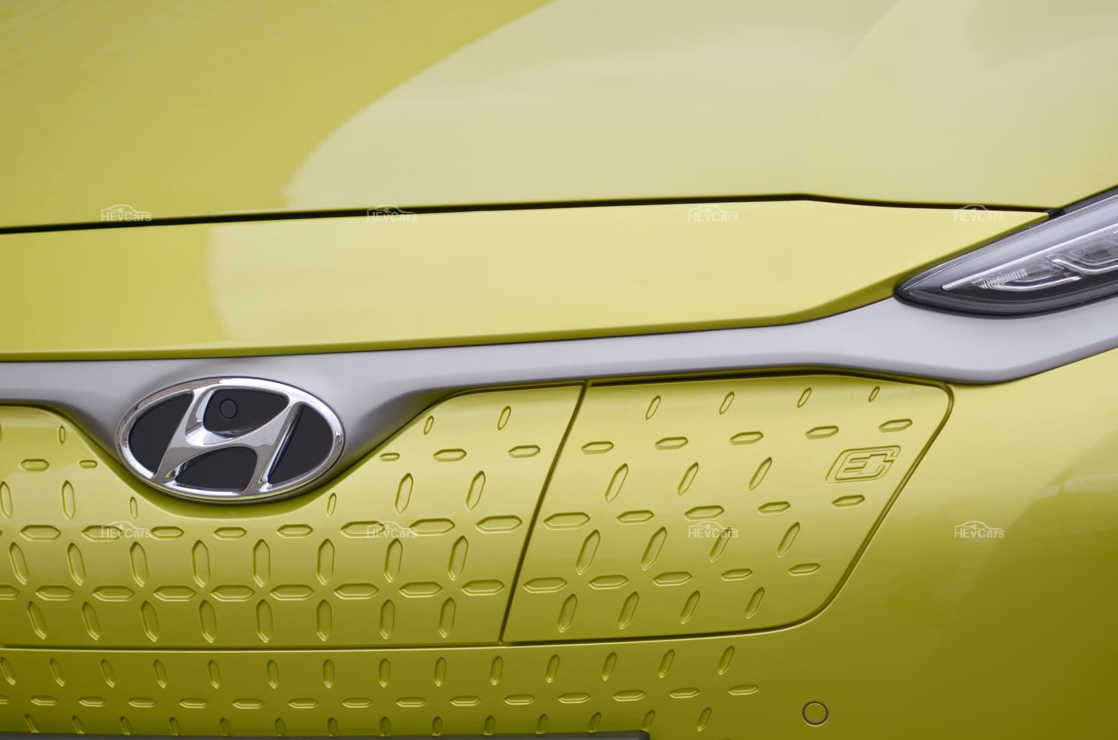 Люк открывающий зарядный порт электромобиля Hyundai Kona