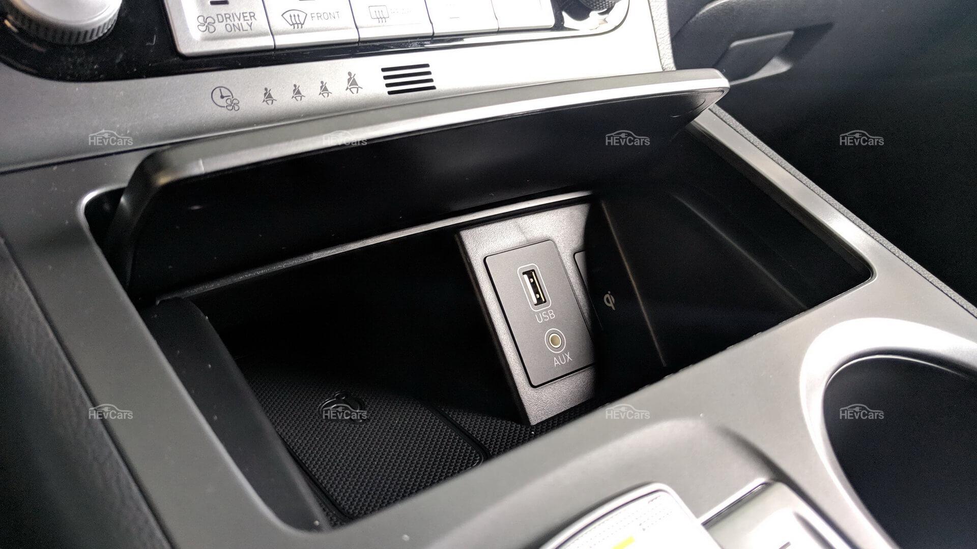 Ниша с портом USB для зарядки в Hyundai Kona Electric