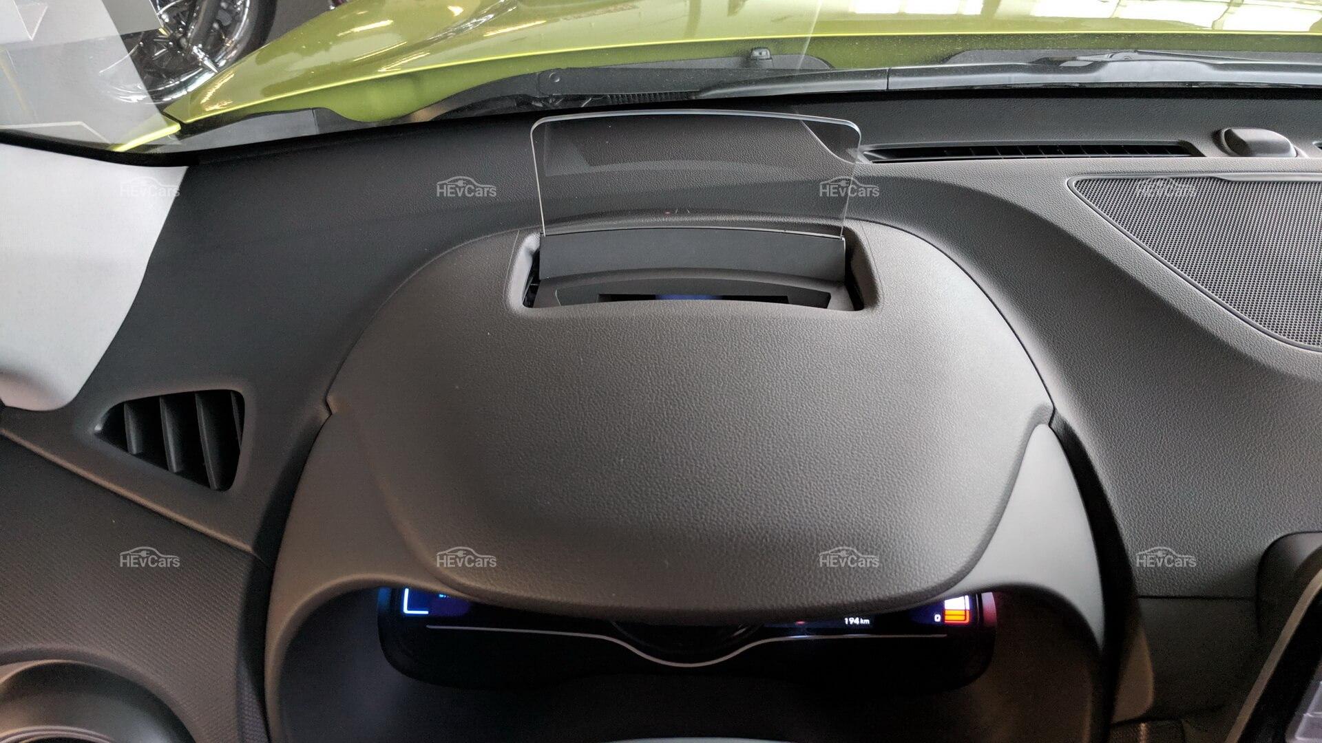 Проекционный экран после выключения автомобиля прячется впередней панели