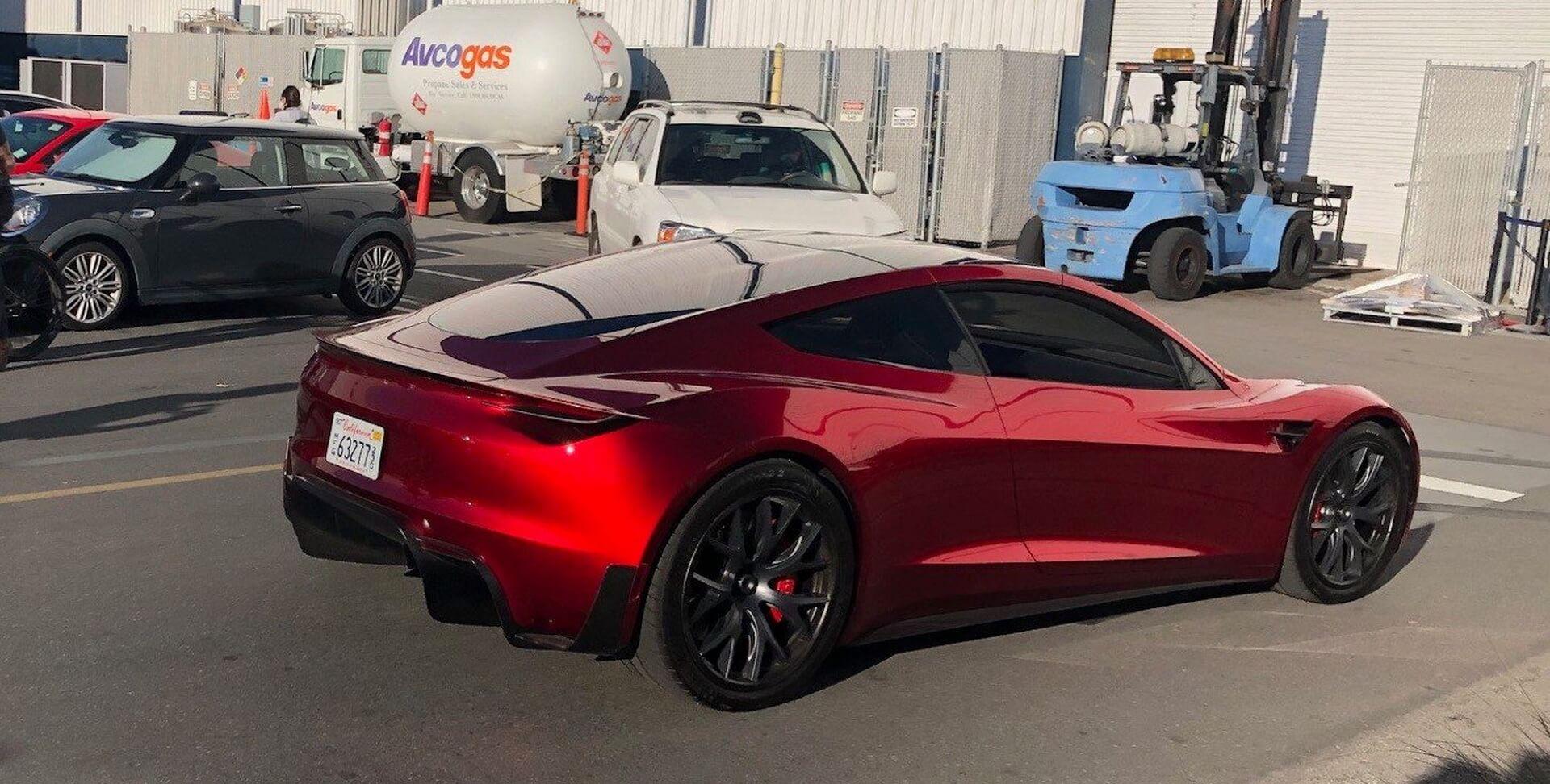 Tesla Roadster был доступен для всеобщего обозрения возле дизайн-студии Tesla вХоторне