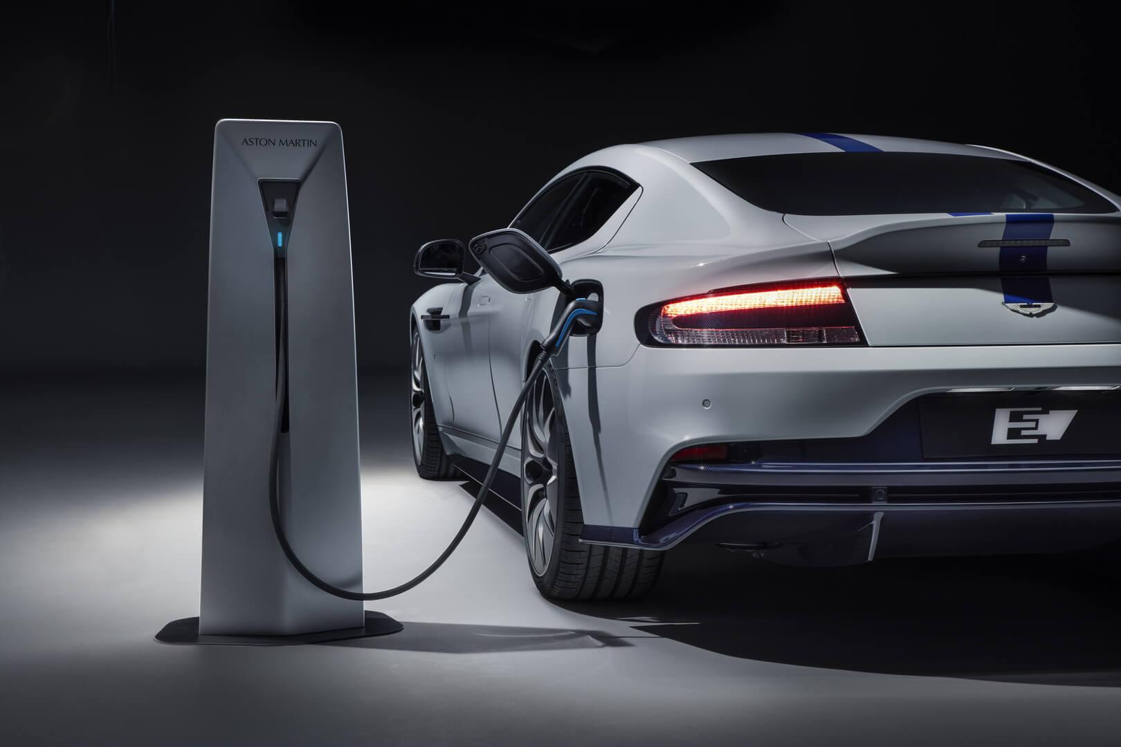 Aston Martin Rapide E на зарядке