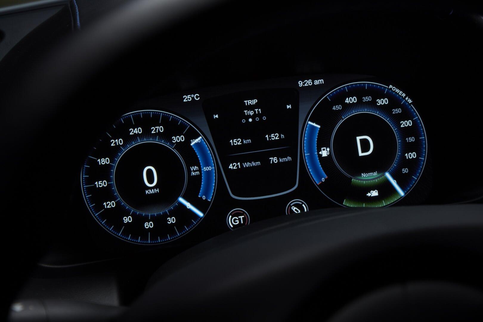 Цифровая приборная панель Aston Martin Rapide E