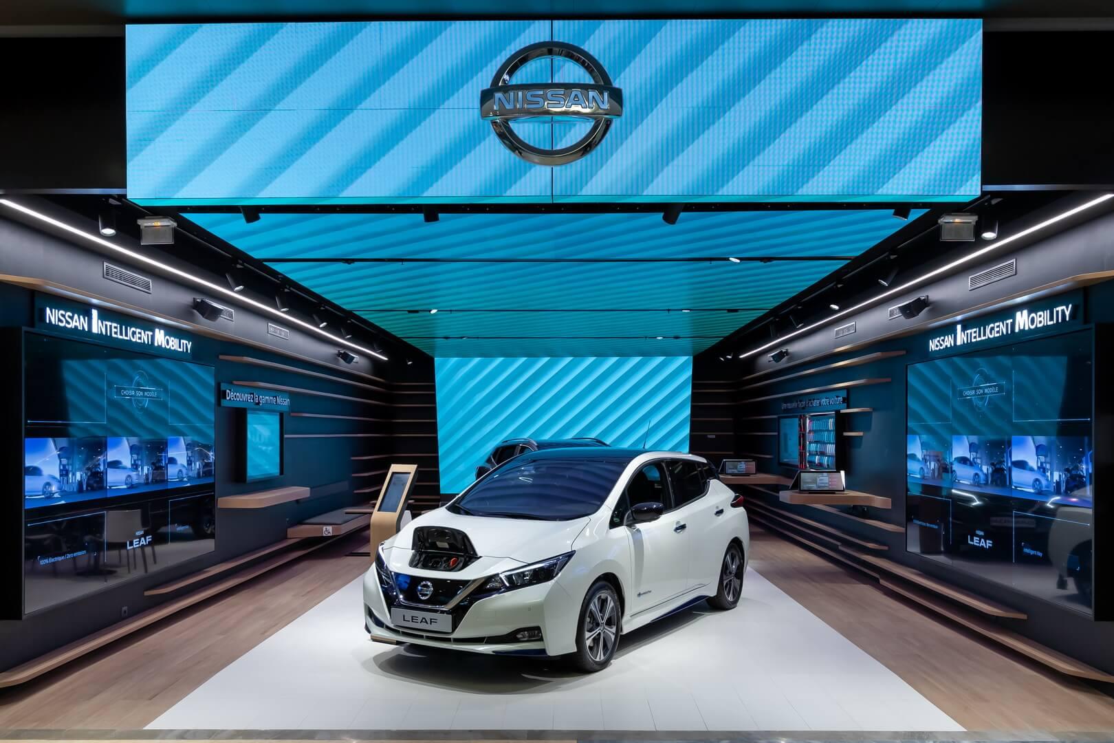 Nissan открыл впарижском торговом центре Vélizy 2свой первый салон электромобилей Nissan City Hub