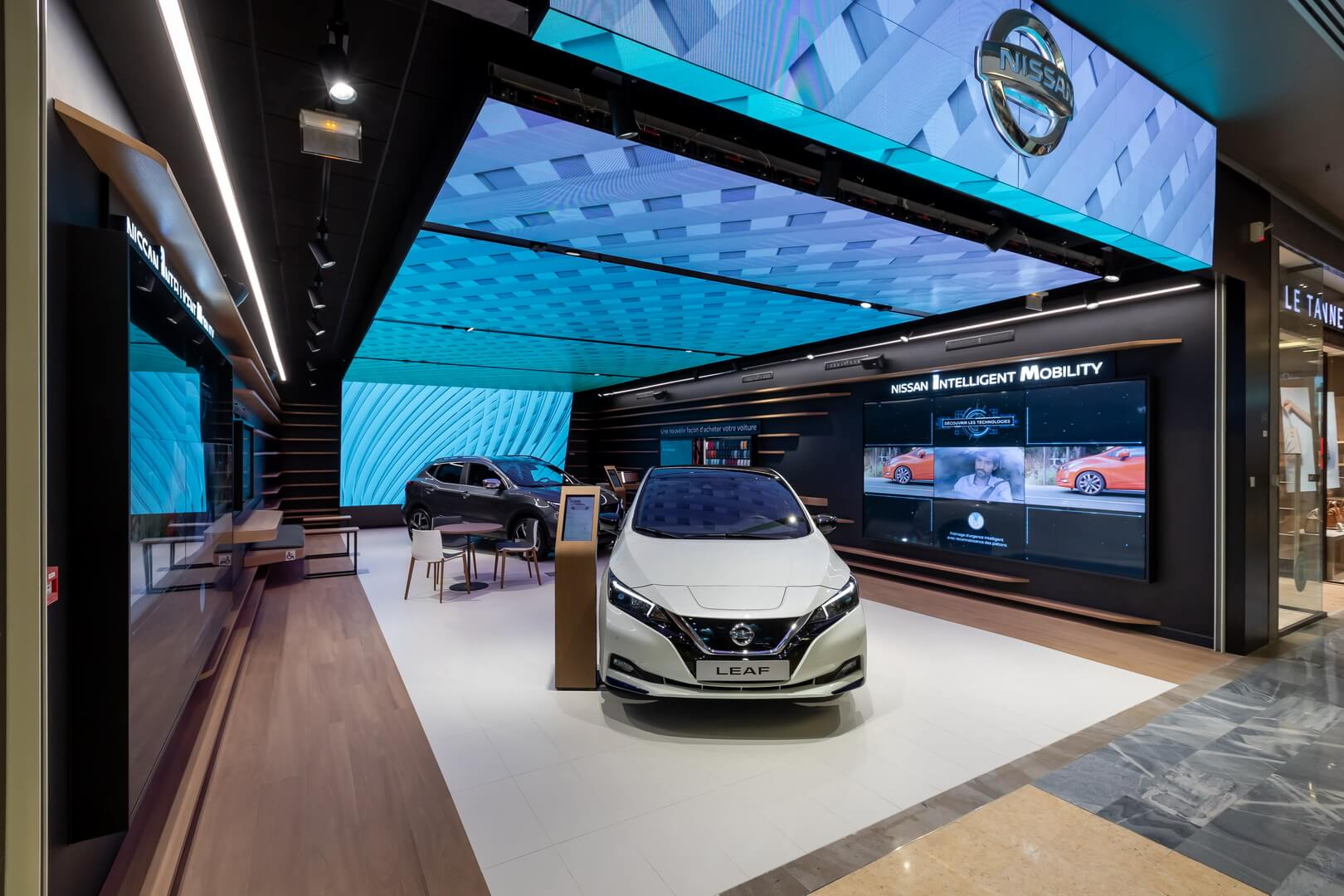 Nissan открыл салон электромобилей City Hub вПариже