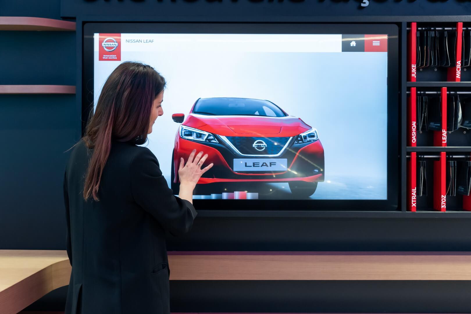 Nissan открыл салон электромобилей City Hub вПариже попримеру магазинов Tesla