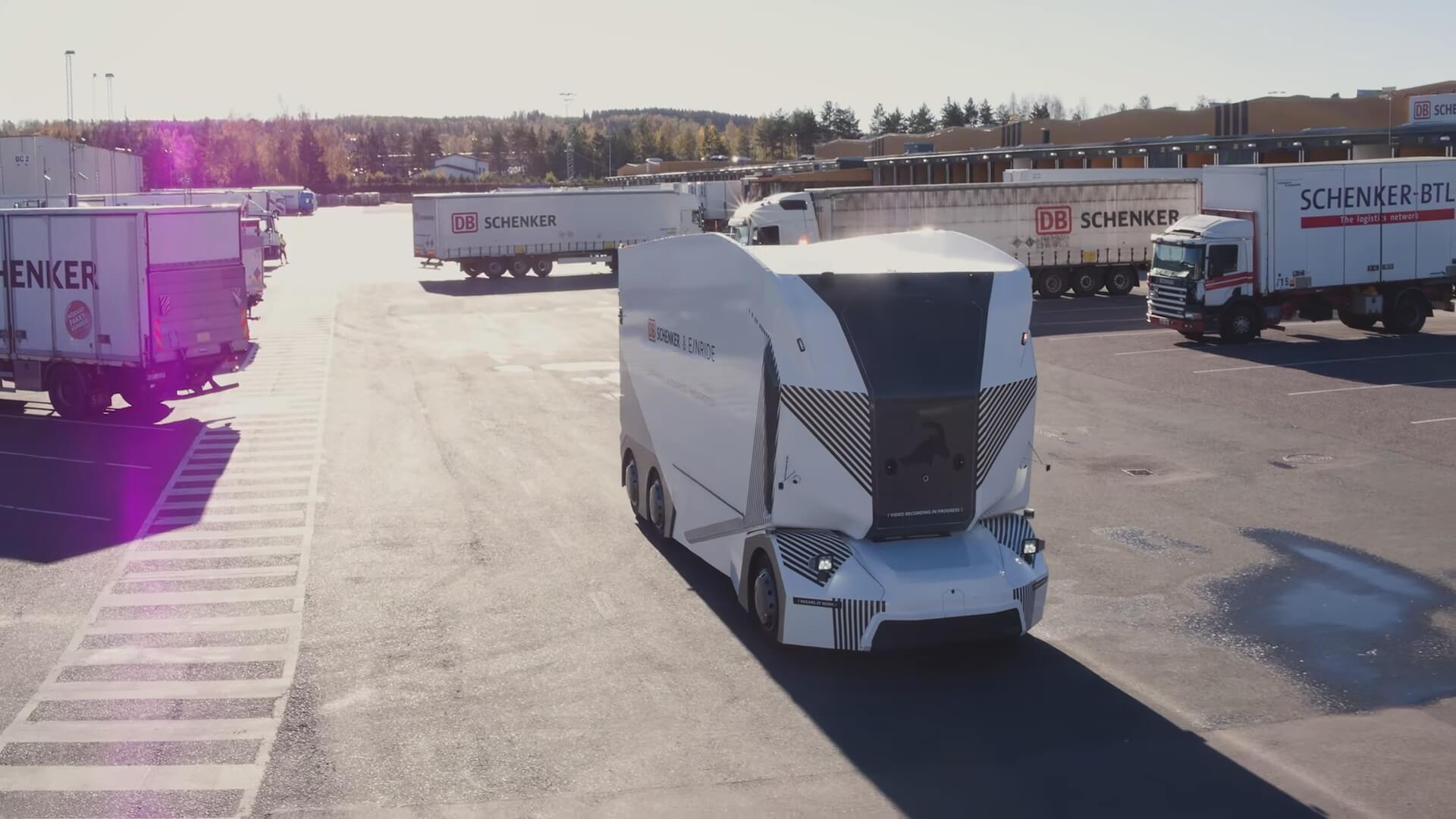 Первый электрический грузовик без водителя работает на дорогах Швеции