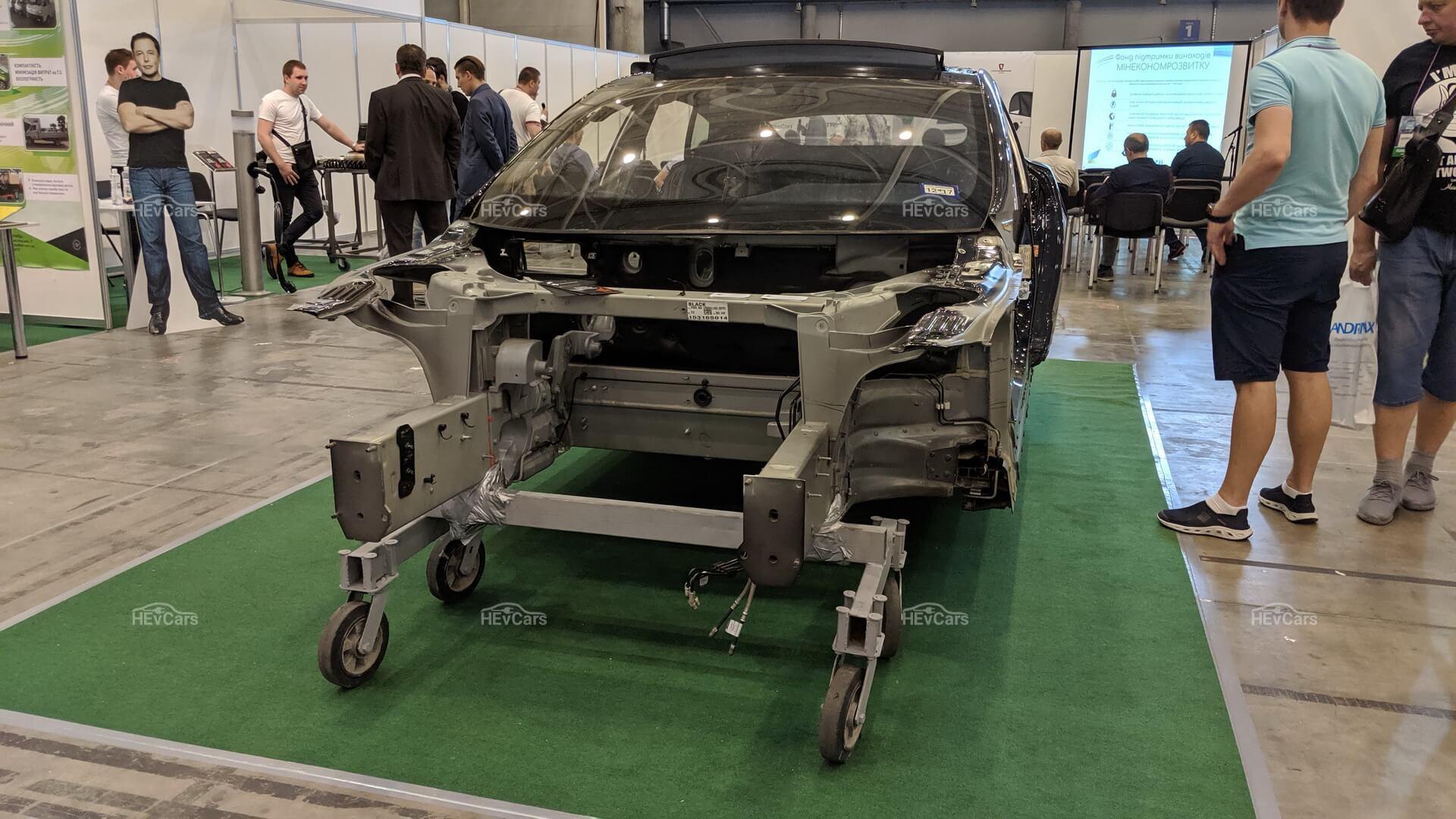 В Киеве показали разобранную Tesla Model S