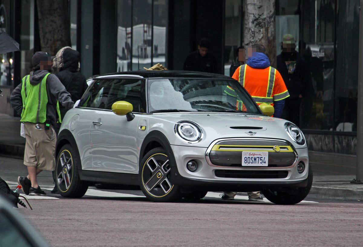 Электрический Mini на улицах Лос-Анджелеса