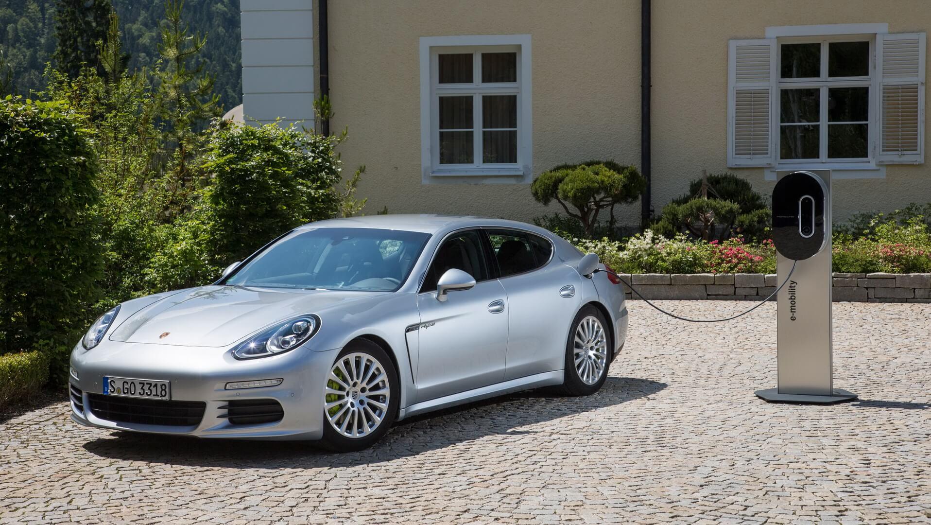 Плагин-гибрид Porsche Panamera S E-Hybrid на зарядке