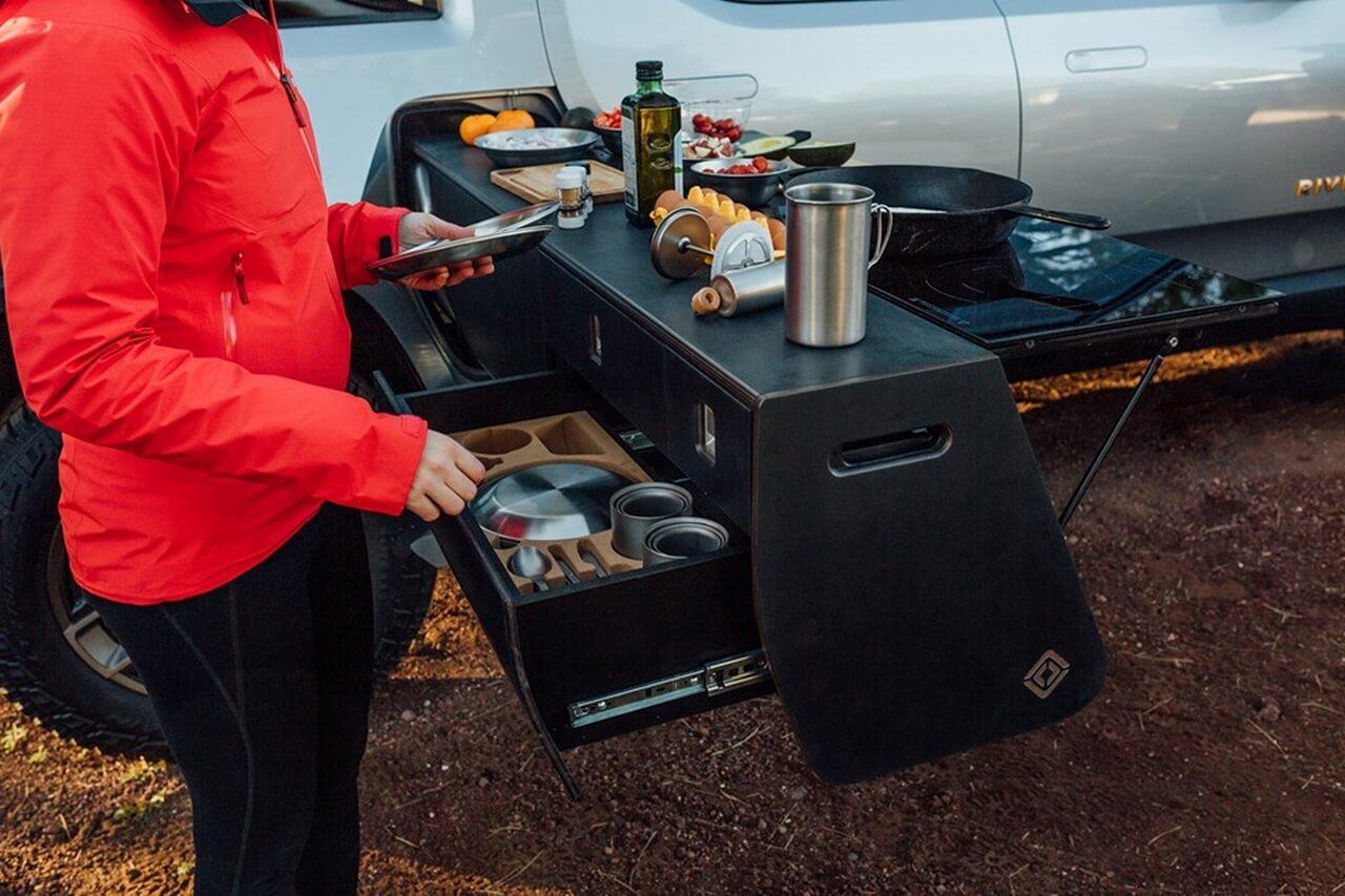 Мобильная кухня набазе электрического пикапа Rivian R1T