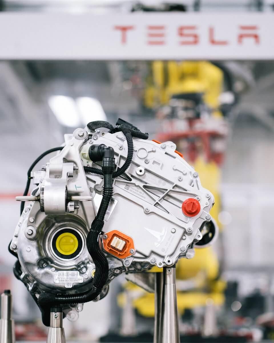 Tesla поделилась в Twitter изображениями новых высокоэффективных приводов Model S и Model X