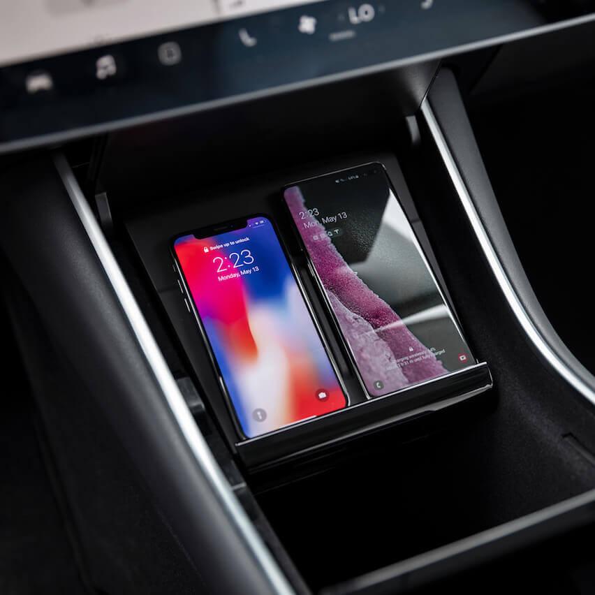 Tesla выпустила беспроводную зарядку для телефонов в Model 3