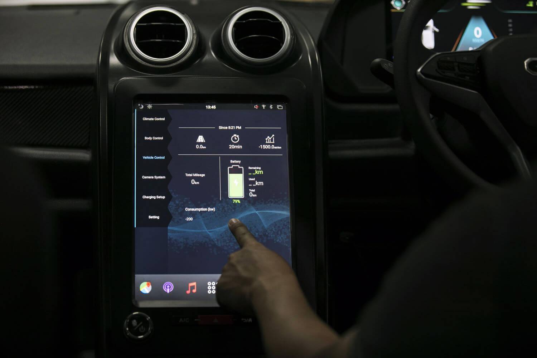 Дисплей на центральной консоли электромобиля SPA1 EV