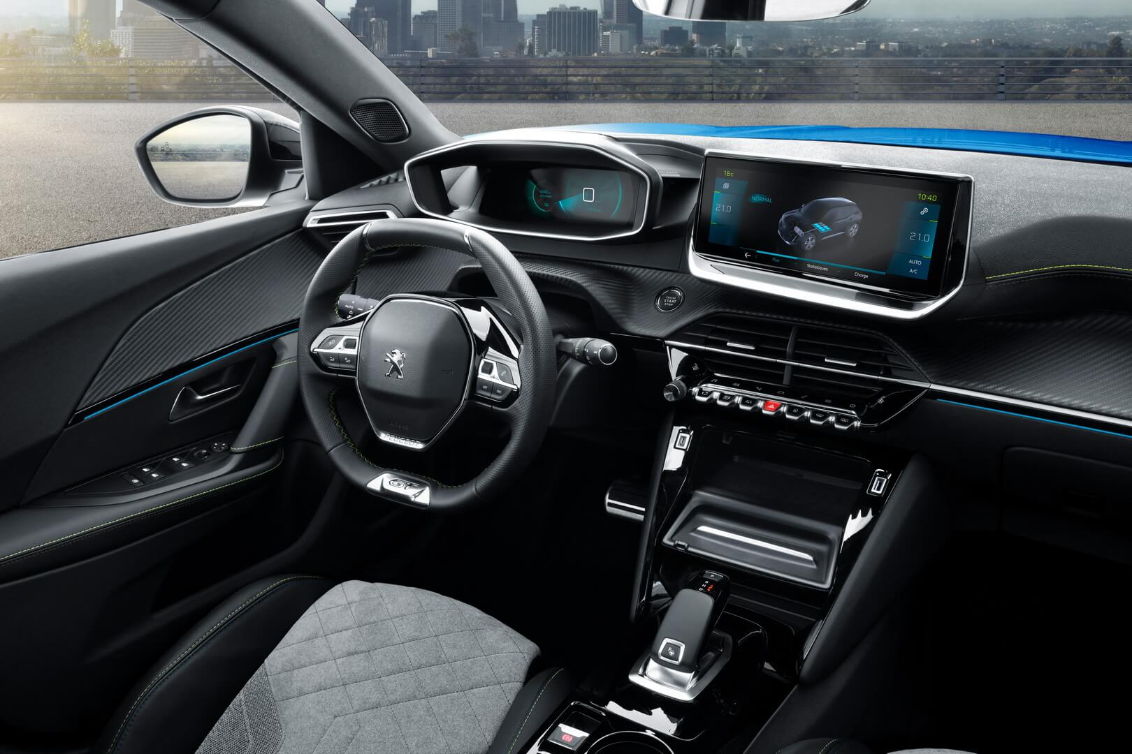 Интерьер электромобиля Peugeot e-2008 - фото 3