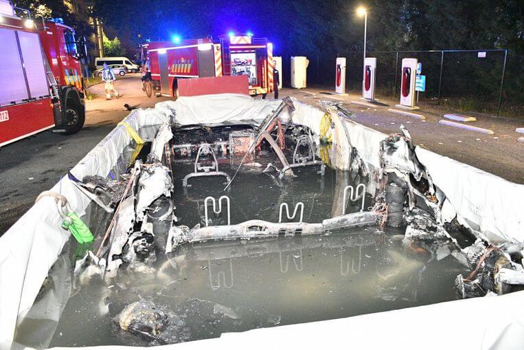 Электромобиль Tesla Model Sпогрузили вбассейн сводой из-за опасности возгорания