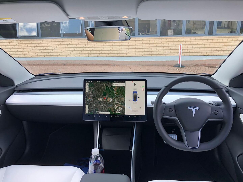 Tesla запускает праворульную Model 3 в Великобритании