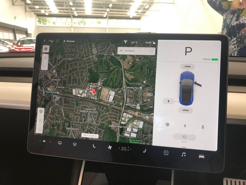 Расположение изображения автомобиля насенсорном экране также отображается для клиентов справым рулем