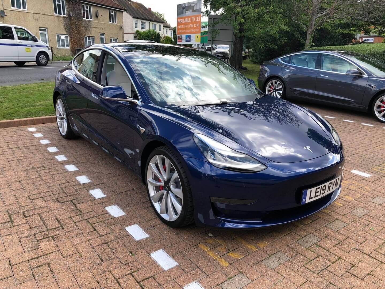 Клиентам из Великобритании доставили Tesla Model 3 с правым рулем