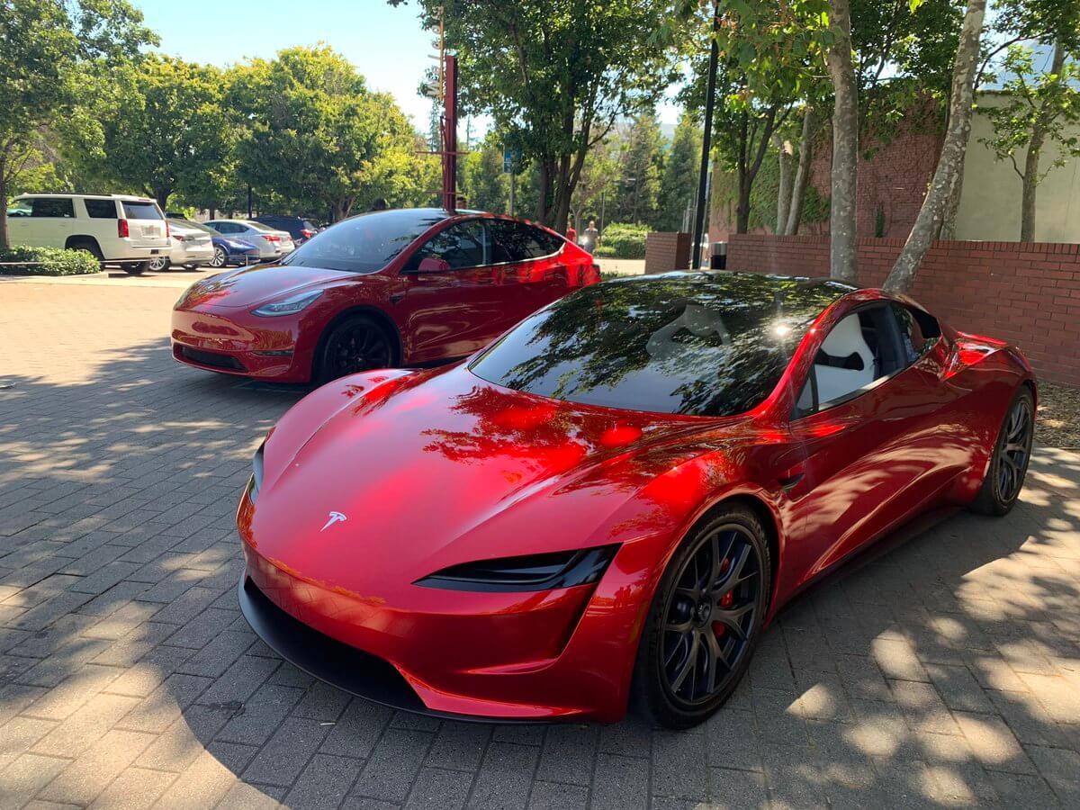 Tesla Model Y и Tesla Roadster 2