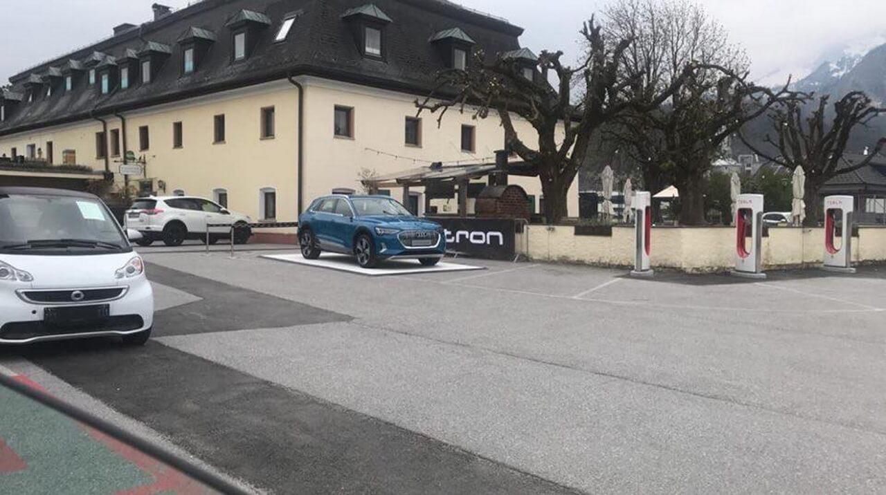 Audi неоднозначно рекламирует e-tron quattro за счет Tesla Supercharger